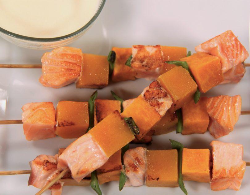 Broquetes de salmó amb salsa de formatge